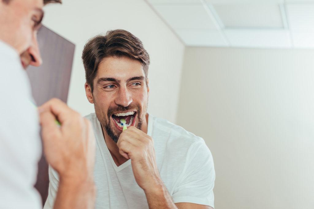 escovando os dentes
